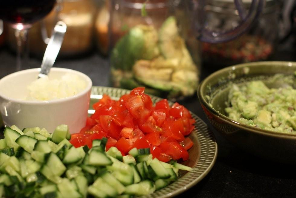 Vanlig tomat, gurka, lök och avokadodipp.