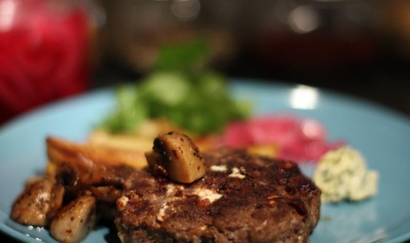 köttfärsbiffar fetaost recept