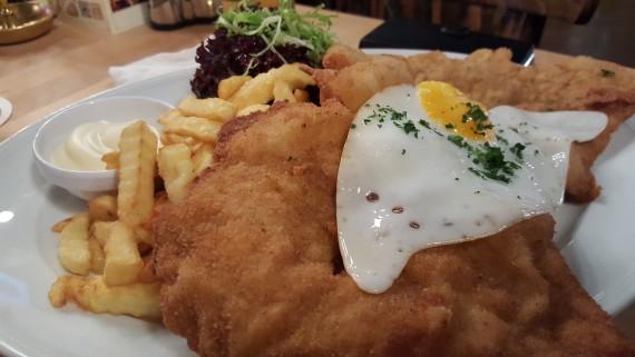 schnitzel med stekt ägg