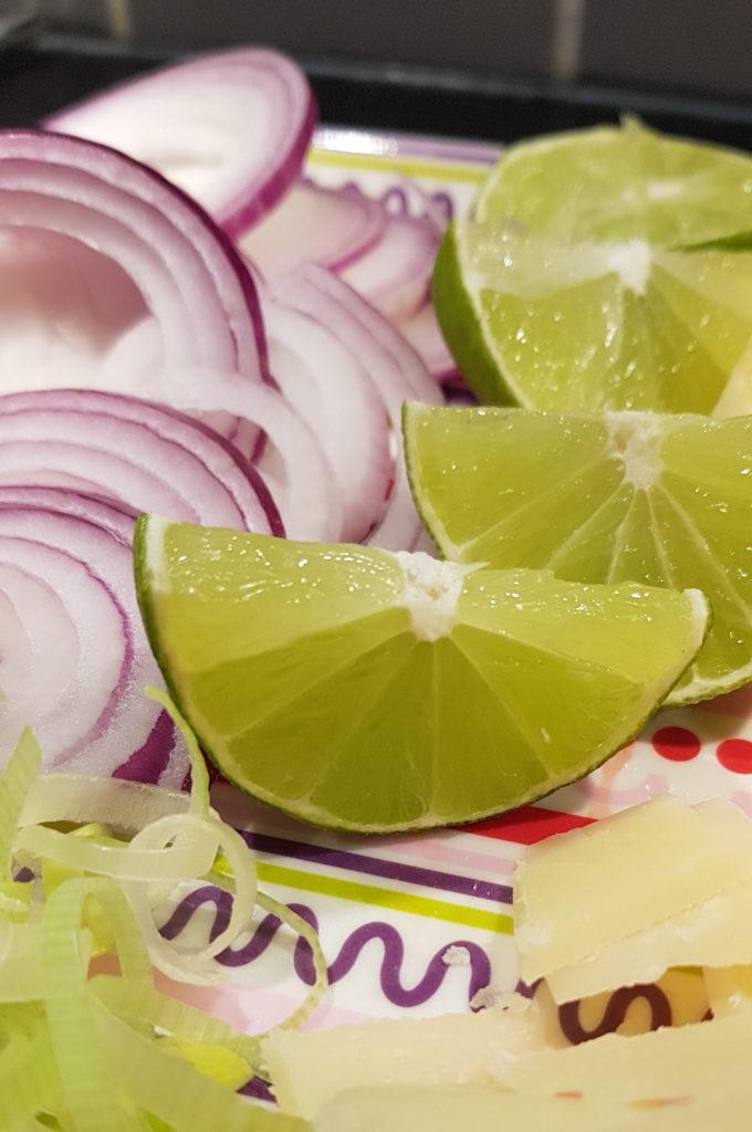 Mogen limefrukt att pressa över räkor och bläckfisk